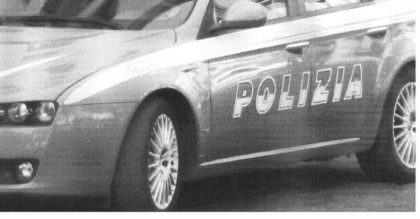 SOTTRAE DUE CELLULARI ED E' FERMATO DALLA POLIZIA DOPO UN LUNGO INSEGUIMENTO DELLA DERUBATA